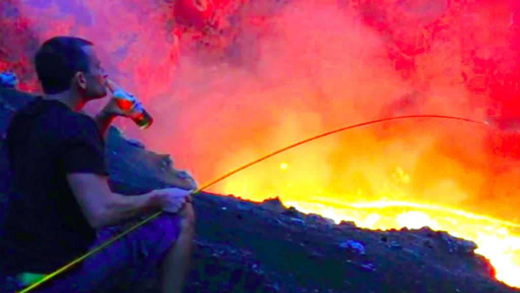 Алпинист-вулканолог Саймон Тернер жарит маршмеллоу на берегу вулканического озера