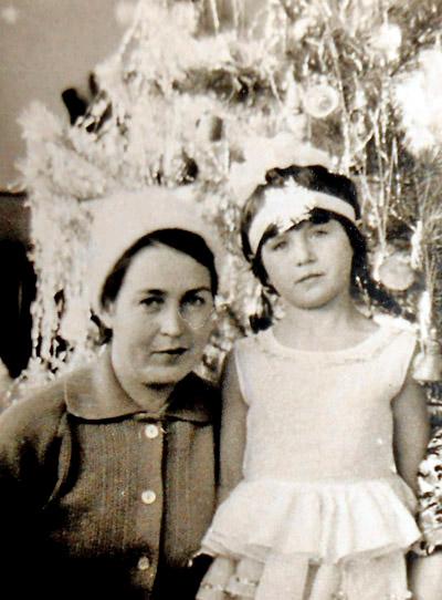 Мама Рая  и дочка Марина. На елке. А дома нас ждет Дед Мороз!