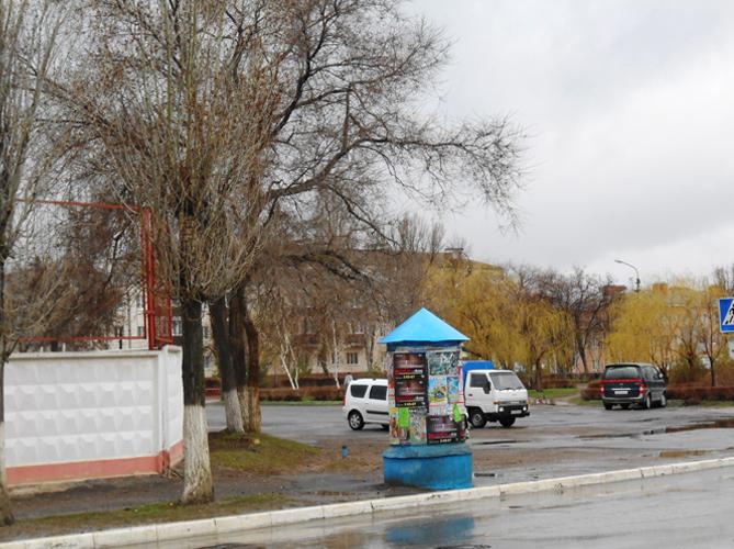 Старая театральная тумба призадумалась в дождливой дреме.