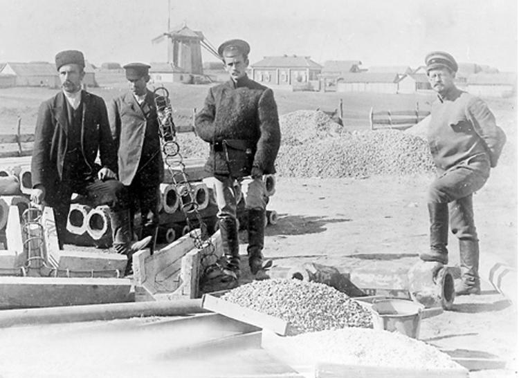 Строительство водопровода в Камышине. Крайний справа - Кальян, инженер.