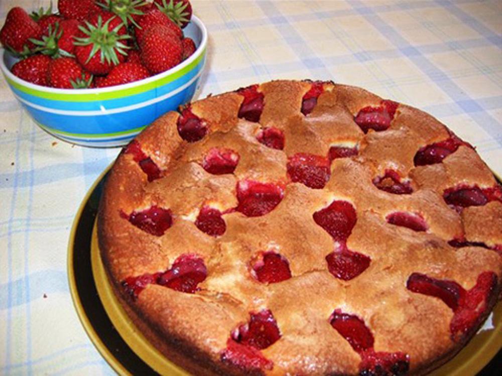 Рецепт вкусного пирога клубникой фото